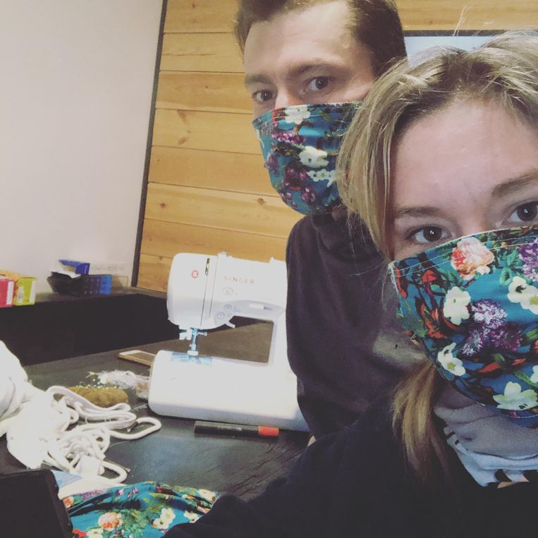 Bart en Jessica naaien mondmaskers