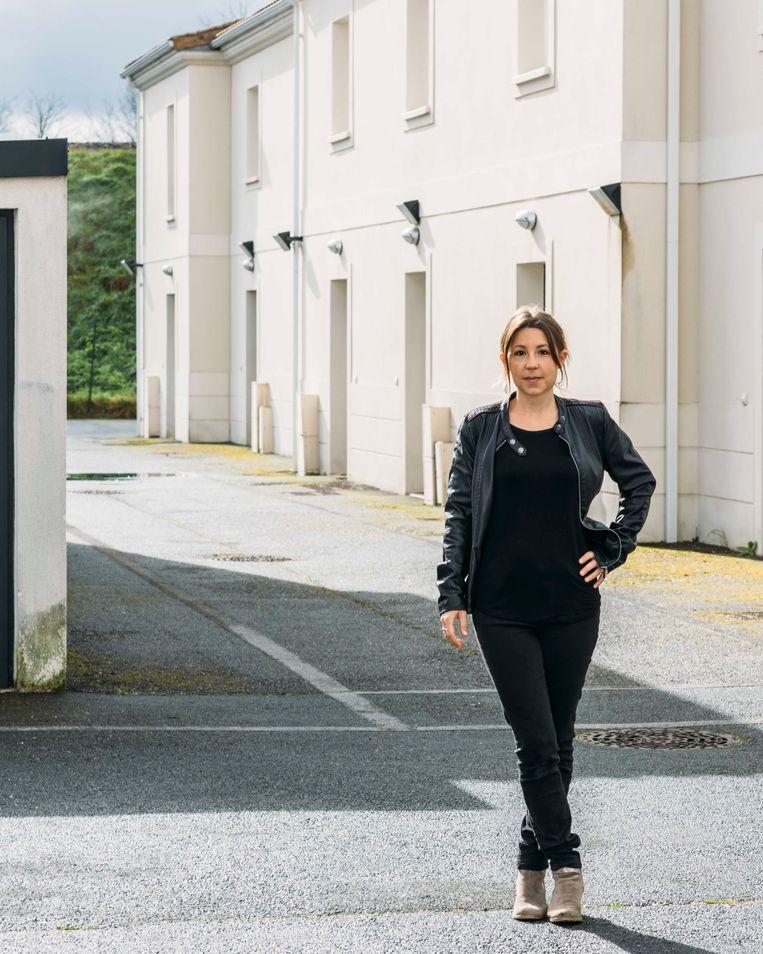 Olivia Longcoté (37): 'De kinderen kunnen overal rennen en spelen. Het is hier kalm, maar dat is juist prettig.' Beeld Rebecca Fertinel