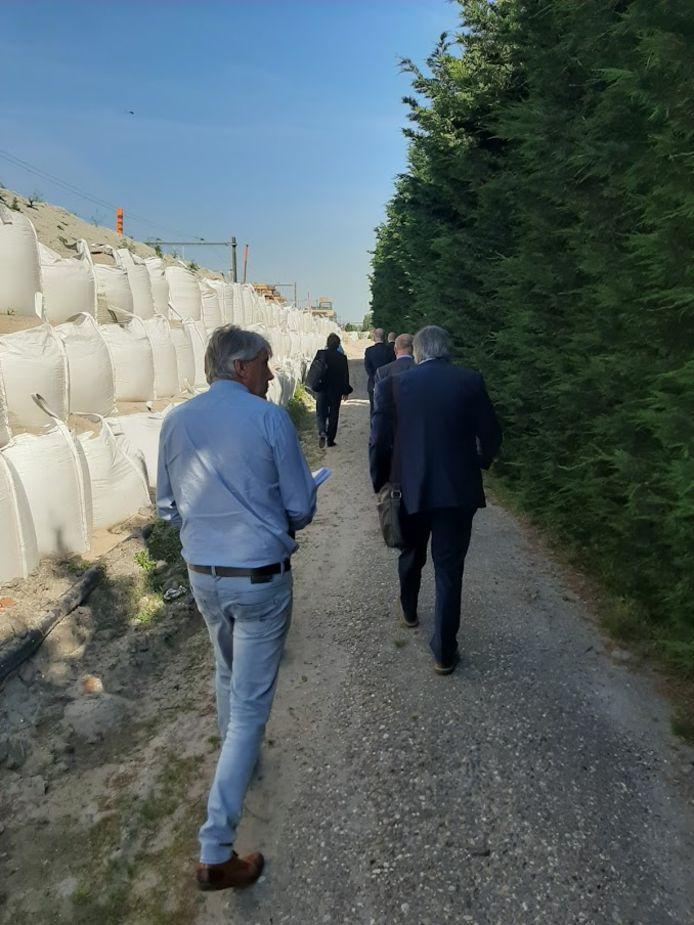 De rechtbank is op bezoek bij Dennis van Duijvenbode voor de onteigeninsprocedure. Prorail heeft zijn grond nodig voor de verdubbeling van het spoor tussen Delft en Rijswijk.
