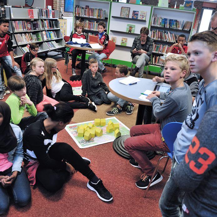 Een foto uit 2015 in de bibliotheek van Steenbergen. Leerlingen van drie basisscholen doen er een quiz.