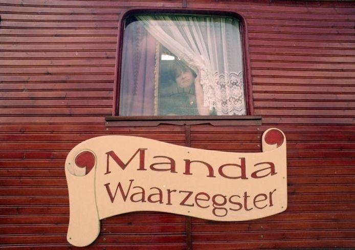 Waarzegster Manda uit Vierlingsbeek is failliet. Ed van Alem ziet het door zijn lens in 1996.