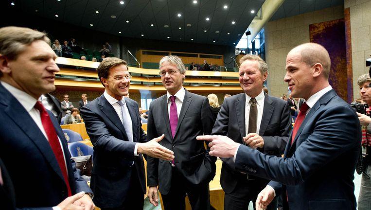 VVD-leider Rutte (tweede van links) en PvdA-leider Samsom (rechts) voor het debat over het regeerakkoord van VVD en PvdA, eind oktober. Beeld ANP
