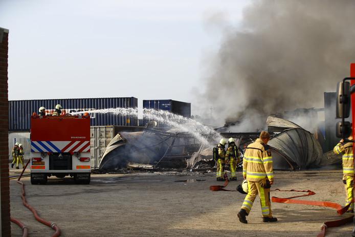 De loods op het industrieterrein van IJsselmuiden stortte tijdens de brand in.