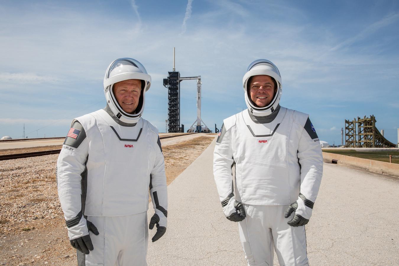 Doug Hurley en Bob Behnken aan het lanceringsplatform.