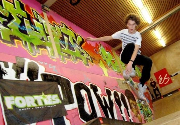 Een jongere voert een trick uiut met zijn skateboard in het Meker skatepark in Middelburg. Foto Lex de Meester