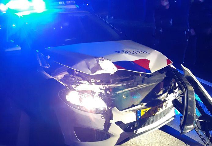 Door de aanrijding raakte de politieauto beschadigd.