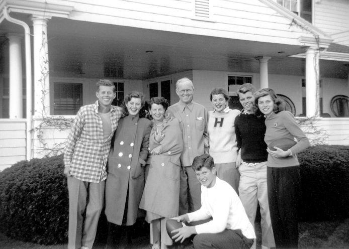 De Kennedy's in 1948. Van Links: John F. Kennedy, Jean Kennedy, Rose Kennedy, vader Joseph P. Kennedy Sr., Patricia Kennedy, Robert F. Kennedy, Eunice Kennedy, en op de voorgrond Edward M. Kennedy.