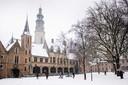 Het besneeuwde Abdijplein met de Lange Jan op de achtergrond. foto: Boaz Timmermans/Fos Fotografie