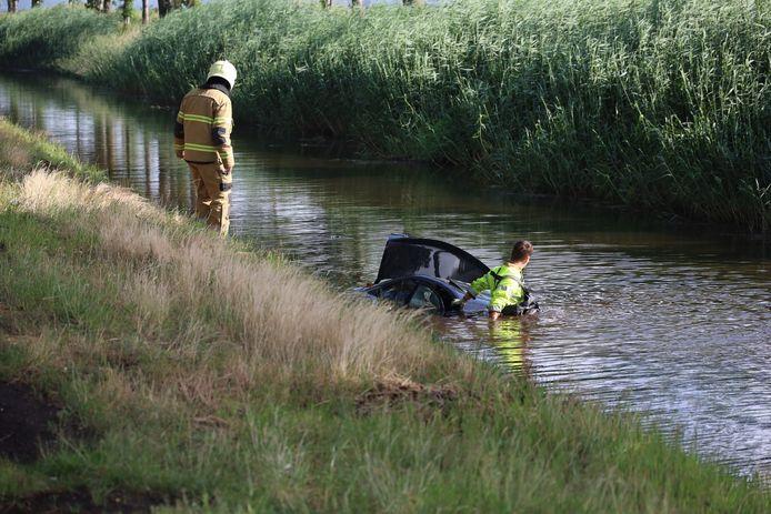 Een auto belandde zondagmorgen in het water in Odiliapeel.