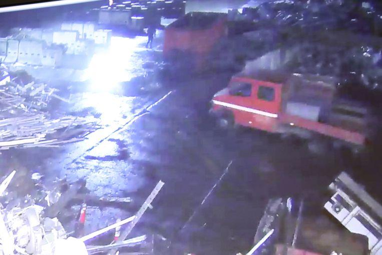 De camionette die gebruikt werd om het koper te stelen, in de achtergrond zie je een van de daders rondlopen op het terrein.