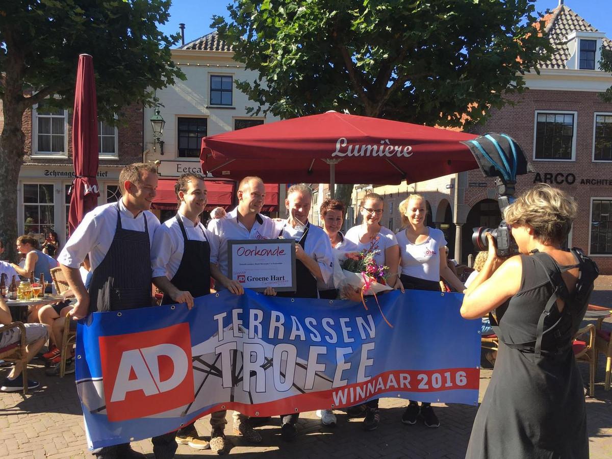 Trotse medewerkers van Eetcafé Lumière uit Oudewater laten zich maandagochtend door AD-fotografe Marlies Wessels vereeuwigen, direct nadat bekend was gemaakt dat zij de Terrassentrofee 2016 hebben gewonnen.