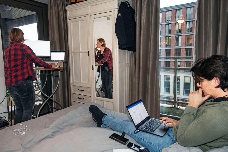 Echtpaar werkt in de slaapkamer, de kinderen worden opgevangen door de oppas elders in het huis. Beeld Guus Dubbelman / de Volkskrant