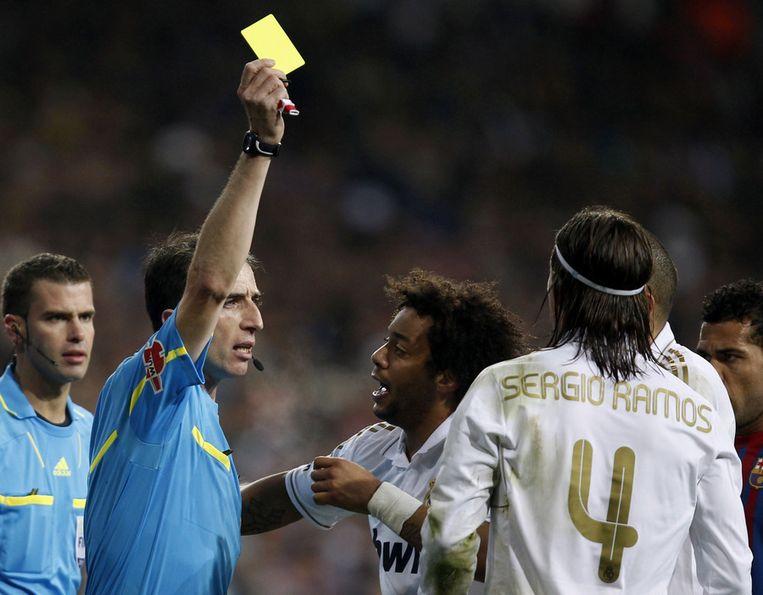 David Fernandez Borbalan houdt Sergio Ramos de gele kaart voor in El Clásico. Donderdag is de Spaanse scheidsrechter assistent bij AZ - Metallist. Beeld reuters