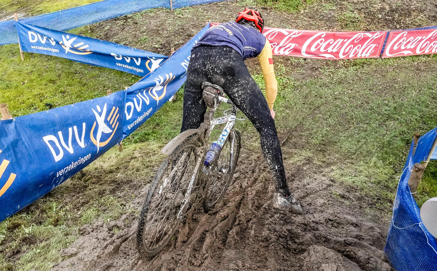Het parcours ligt er bijzonder modderig bij.