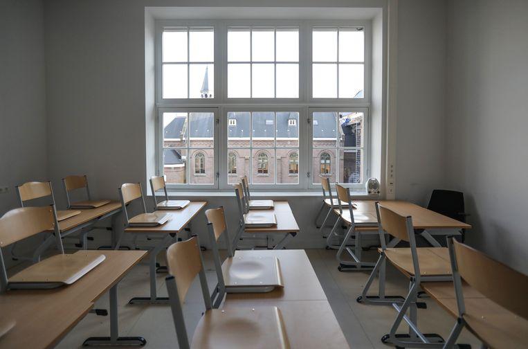 Een leeg klaslokaal van het Fons Vitae Lyceum. Beeld Eva Plevier