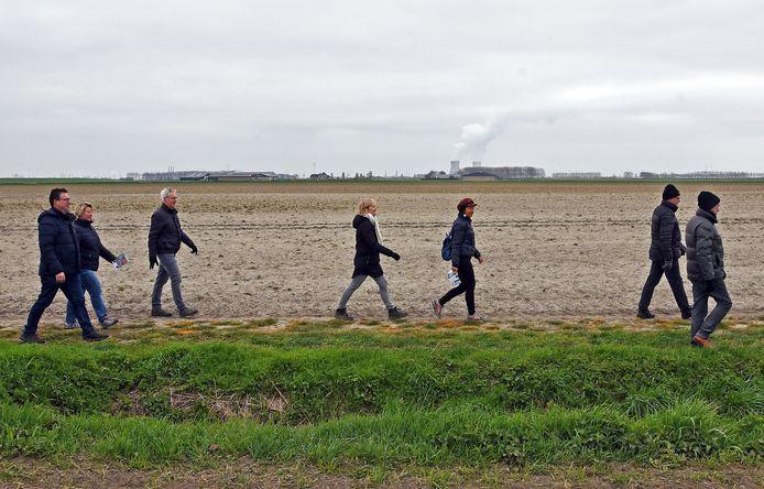 Maaike Strooband (witte sjaal) wandelt samen met vriendin Kathy van Malderen de Boergondische Wandeltocht door Grenspark Groot Saeftinghe.