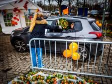 Oranje Wit huldigt jubilarissen in drive-thru: 'De gebakjes bewaren we voor onderweg'