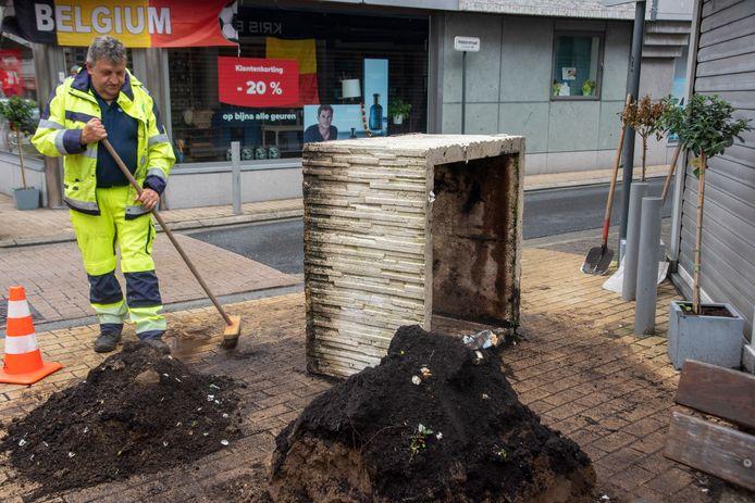 Een zware bloembak op de hoek van de Florimond Leirensstraat en de Hekkerstraat ligt gekanteld.
