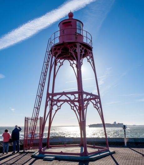 Het rode kustlicht op het Keizersbolwerk gaat onder zeil en krijgt een rode lamp