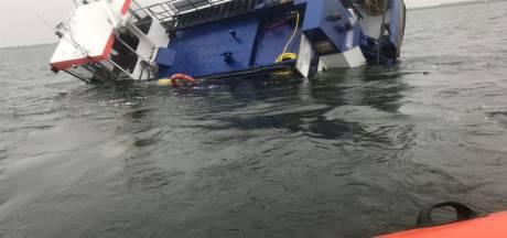 Reddingsactie op IJsselmeer komt precies op tijd: schip kapseist binnen paar minuten