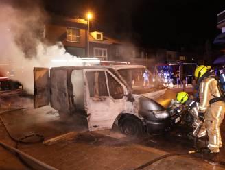 Bestelwagen gaat in vlammen op, brandweer kan overslag vermijden op appartementsgebouw