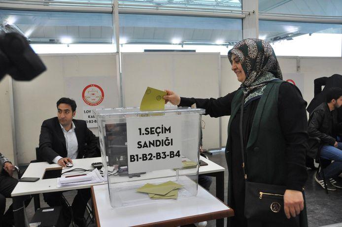 Op een aantal plekken kon maandag al begonnen worden met stemmen.