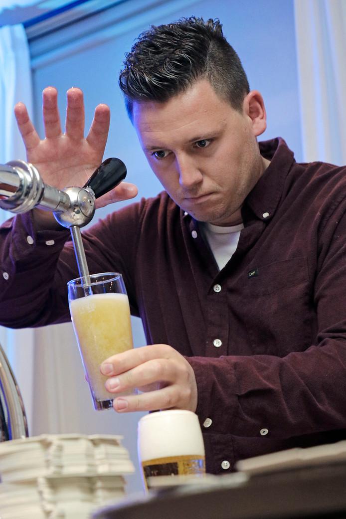 Fokke Roeland van Bierbrouwerij Oijen tapt een biertje.