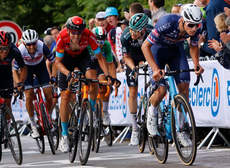 Mathieu van der Poel (r) zondag tijdens de tweede etappe naar Mur de Bretagne. Hij zou die rit winnen en ook de gele trui veroveren. Beeld AFP
