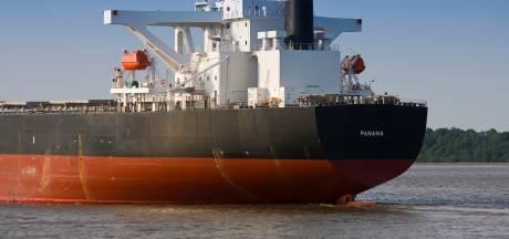 Tanker vol gevaarlijke stoffen loopt aan de grond bij monding van Elbe