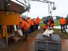 Aannemers oefenen op dreigende doorbraak van Maasdijk bij Oijen