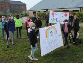 """Ouders en kinderen komen op straat uit protest tegen scholenfusie: """"Goede band die we met school opgebouwd hebben, zal verdwijnen"""""""