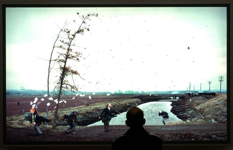 A Sudden Gust Of Wind (after Hokusai), een foto van Jeff Wall, op een tentoonstelling in Tate Modern, Londen, in 2015. Beeld Ben Graville / ANP