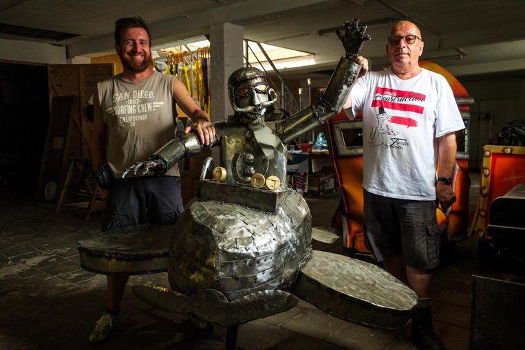 Vrijwilligers Tom en Bert bij het kunstwerk.