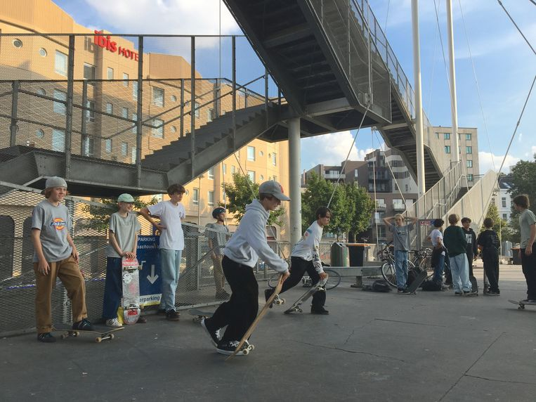 De skaters kwamen bij elkaar op het Theaterplein, waar skaten verboden wordt tussen 22 en 8 uur. Beeld MLS