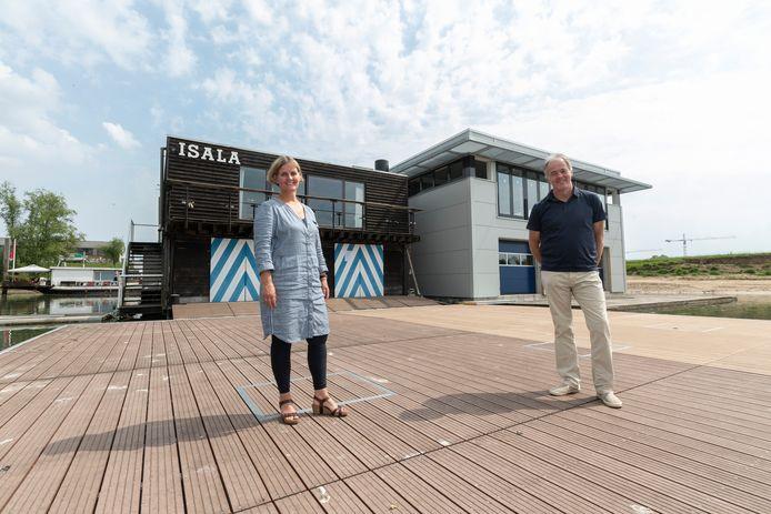 Clubvoorzitter Colette Schelfhorst en Marcel Bisseling - voorzitter van de bouwcommissie - voor het oude en nieuwe botenhuis van Isala.  Schelfhorst: ,,Ons nieuwe home is hier door twee boten heen geduwd, vanaf de Loskade in de Industriehaven.''