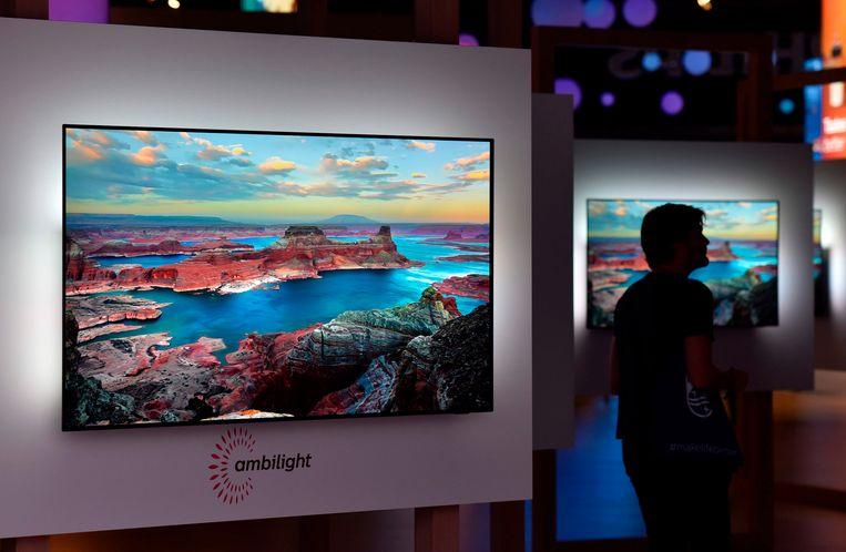 Een van de nieuwe Philips-tv's tijdens een previewdag van IFA. Beeld AFP
