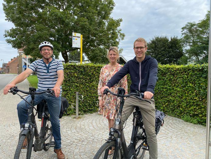 Geert Debergh, Sarah Vandelanotte en Nathan Duhayon zouden graag meer mogelijkheden zien om hun elektrische fiets op te laden.