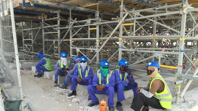 Workers on a construction site along the highway between Al Khor and Doha. Beeld null