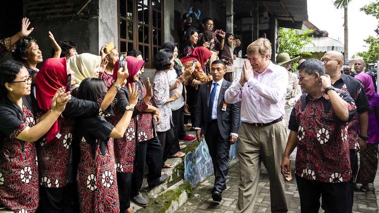Koning Willem-Alexander op bezoek in een wijk van Yogyakarta die dankzij internet tot bloei is gekomen. Beeld ANP