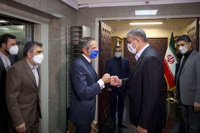 IAEA-directeur Rafael Grossi en vicepremier Mohammad Eslami ontmoeten elkaar in Teheran.  Beeld via REUTERS