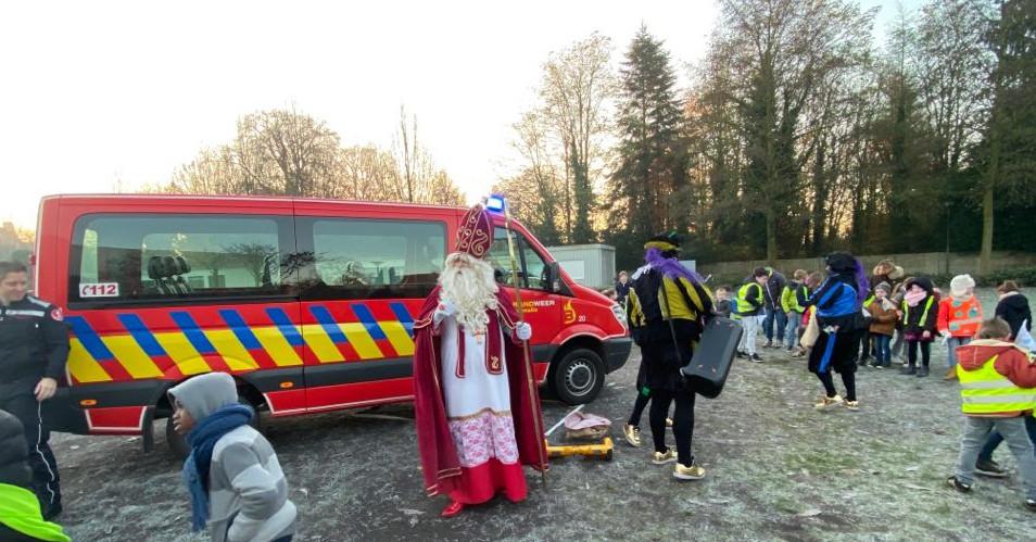 Sinterklaas komt aan in een busje van de brandweer.