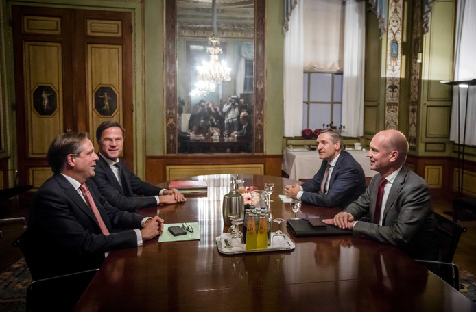 Van links naar rechts: Alexander Pechtold (D66), formateur Mark Rutte, Sybrand Buma (CDA) en Gert-Jan Segers (ChristenUnie) bijeen in de Stadhouderskamer.