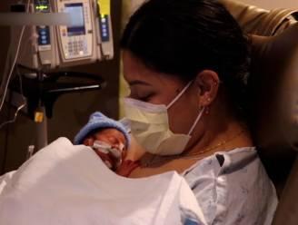 Vrouw die niet weet dat ze zwanger is bevalt op het vliegtuig