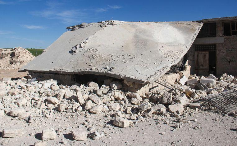 Een vernielde garage die gebruikt werd door verplegers in een ziekenhuis in Khan Sheikhun. Beeld AFP