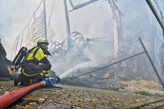 De brandweer is maandagochtend nog steeds bezig met nablussen.