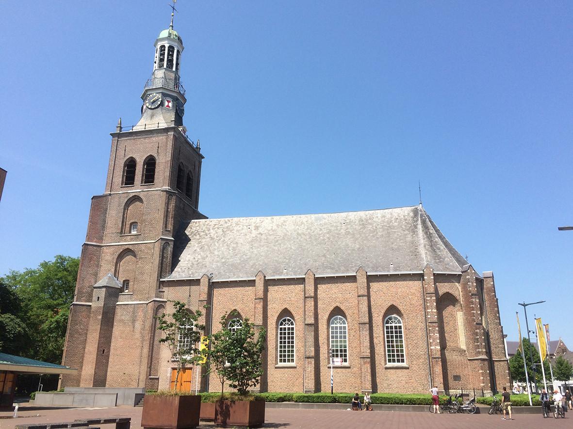 De monumentale Van Goghkerk waar de vader van Van Gogh predikant was.