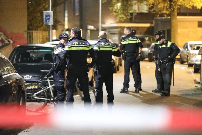 Vier mensen zijn vanavond aangehouden voor verstoring van een bijeenkomst van de actiegroep Kick Out Zwarte Piet (KOZP) in een pand in de Beatrijsstraat in Den Haag.