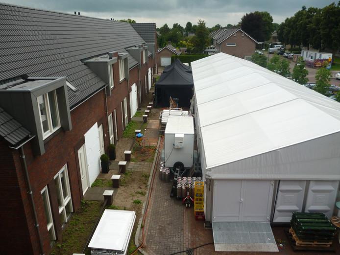 De feesttent bij de Geffense kermis staat zowat in de voortuin van de nieuwe bewoners van de huizen aan het Aloysiusplein.