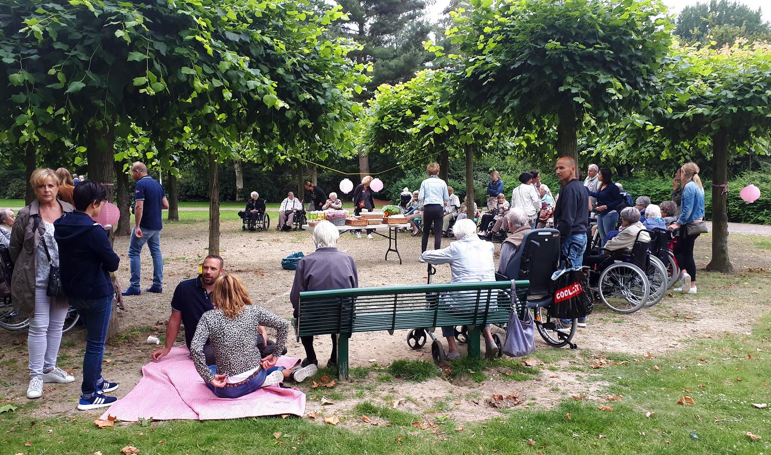 Bewoners van de Bloemschevaert kregen in het Godwaldtpark een picnic tijdens de vijfde Roosendaal Raakt.