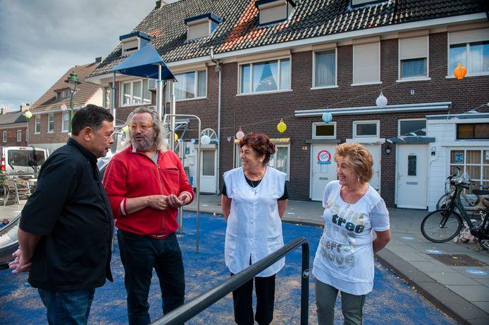 'Wijkwandeling' door de Graafsewijk. 2e van links bedenker Vincent van den Elshout van Paleis voor Volksvlijt met bewoners Arthur Hoyer (links), Helene Hoyer (2e rechts) en Yvonne Kivits (rechts).